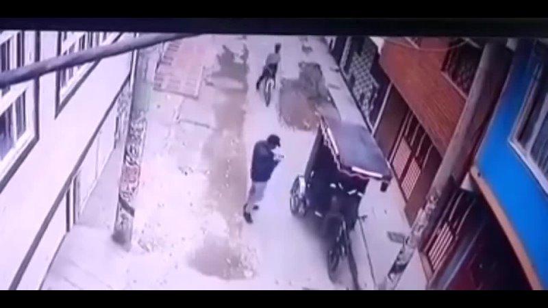 En tragedia termina atraco a bicitaxista en Bogotá.mp4