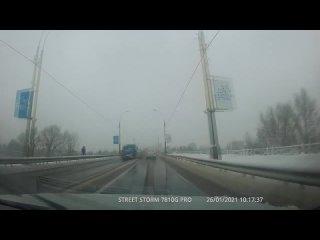 «Подарок» от водителя маршрутки на мосту бульвара Шевченко в Бресте