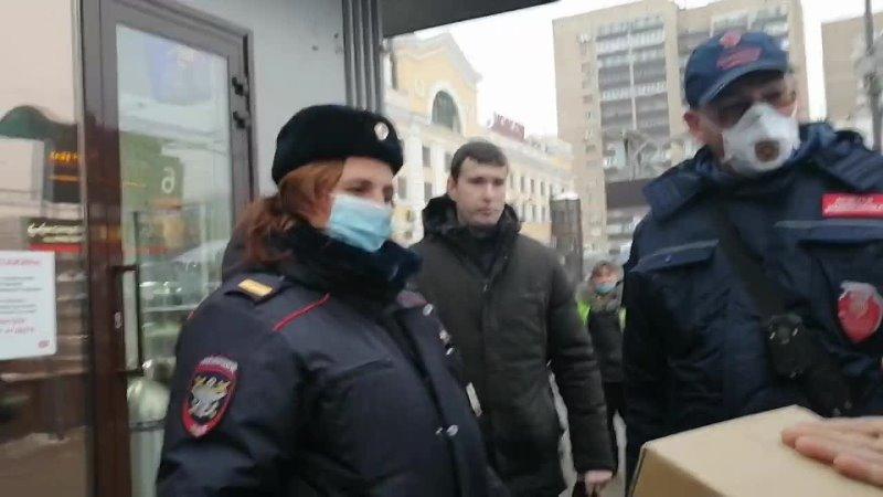 Юрист драконит полицию и контролёра Без перчаток и маски