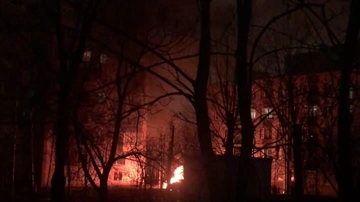 Во дворе по пр. Стачек 124 сгорел Mercedes. Соседнюю машину отогнали, но все равно зацепило