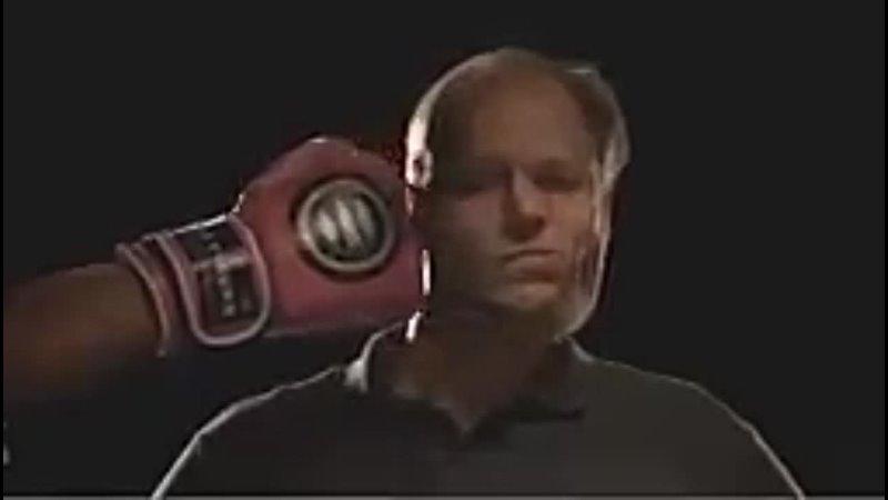 Боксерский удар и лица разных людей в замедленной съемке