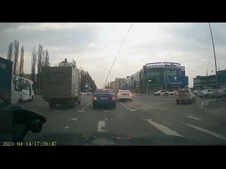 Белгород. На пересечении Щорса-Губкина столкнулись Kia и Hyundai. Но самое интересное было дальше. СМОТРЕТЬ ДО КОНЦА!