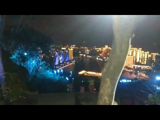 Вечерняя подсветка города, вид с парка Олень повернул голову. Китай, г. Санья