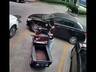 Мотоциклист не мог выехать из плена, поэтому решил взять все в свои руки!
