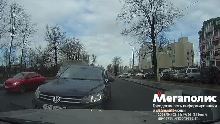 На Коммуны 61 водитель автомобиля VW Туарег сломал ручку двери автомобиля, снял номер своего а/м и с...