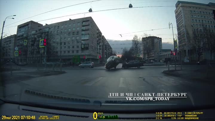 Авария на перекрестке Гражданского проспекта и улицы Фаворского. Лада въехала в поворачивающий налев...