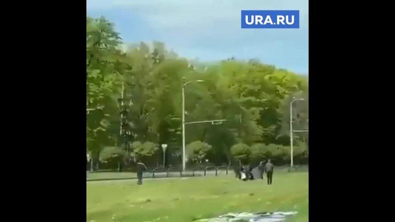В Харькове радикалы уничтожают плакаты ко Дню Победы