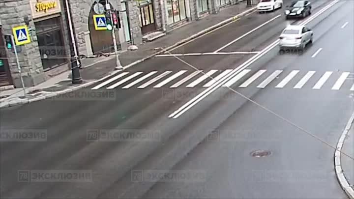 Видео как автомобиль Яндекс Такси снес светофор и перевернулся на Каменноостровском проспекте. Нов...