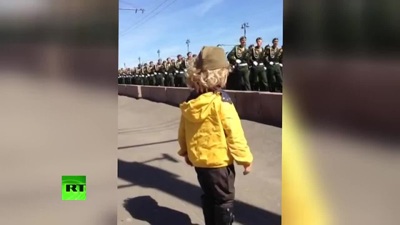 Маленький генерал на репетиции парада Победы в Москве военные ответили на приветствие юного зрителя