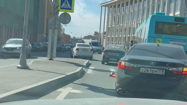ДТП на перекрёстке Кирочной и Новгородской очень мешает проезду.