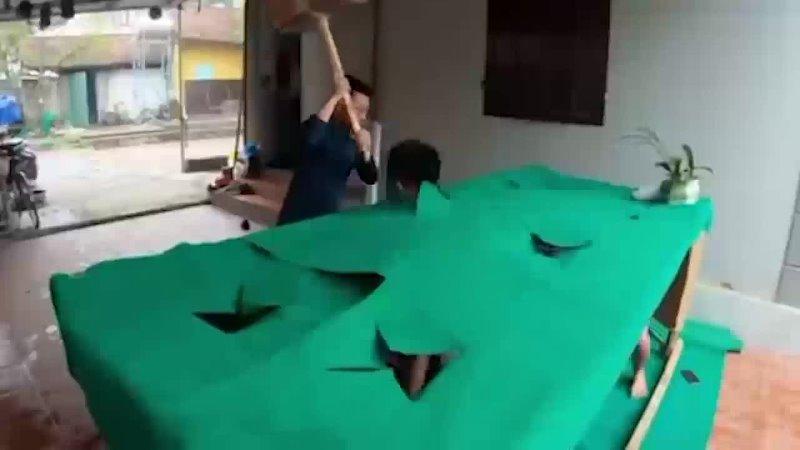 Игра Ударь крота но с людьми с картонным молотком