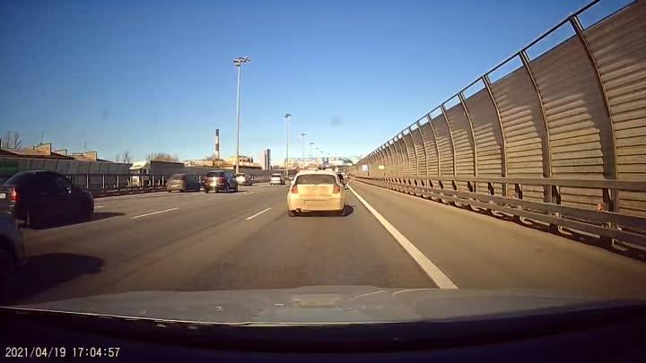 Перед Вантовым мостом на внутренней стороне КАД водитель мерседеса собрал паровозик в левом ряду.