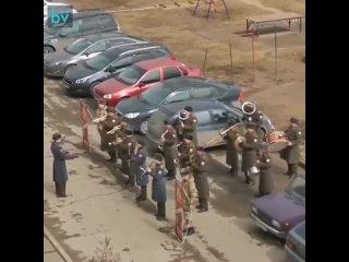 Военный оркестр в Тольятти приехал поздравить ветерана,но ребята из детского садика попросили исполнить для них тоже...