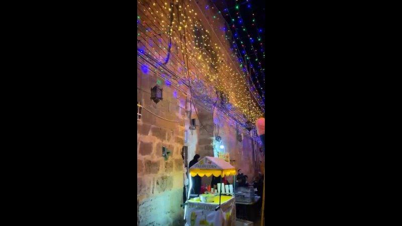 Украшенный узорами в честь священного Рамадана район Баб Хатта в оккупированном Иерусалиме.