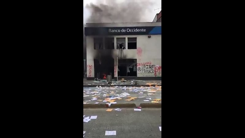 Colombie - - ..Des Affrontements ont eu lieu comme ici à Cali pendant la journée de grève .mp4