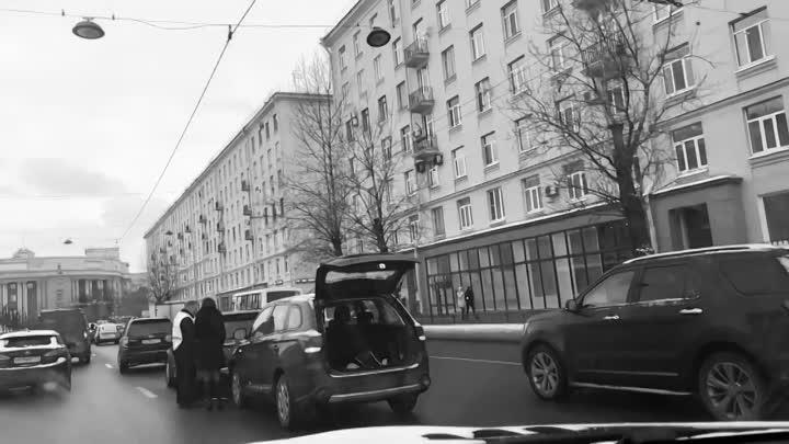 Две автоледи на улице Типанова перед Ленсовета избили друг друга машинами, порадовав своей грацией и...