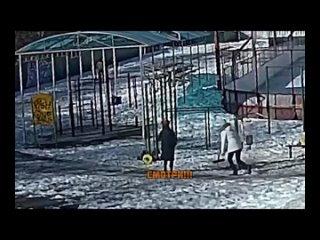 В Томске на спортивной площадке на 5-ти летнего мальчика упала 10-ти килограммовая штанга