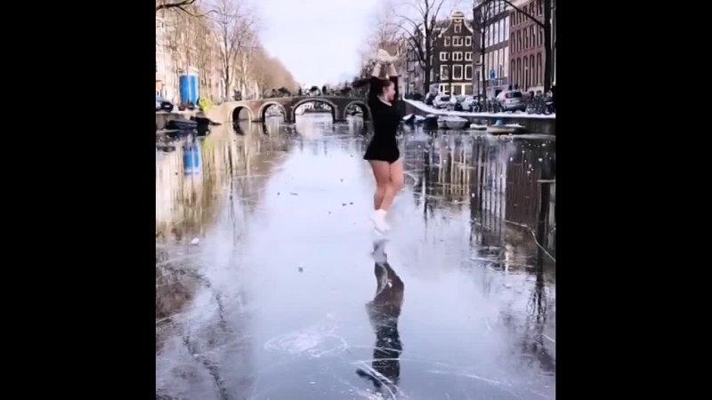 Фигуристка на канале Амстердама