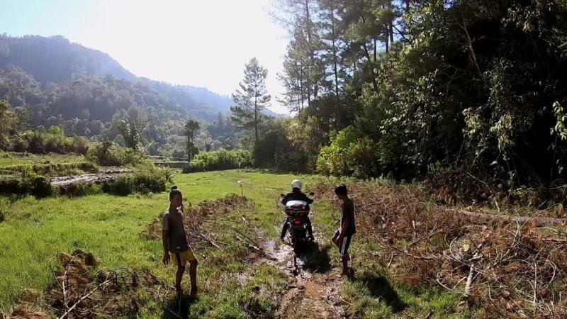Тропа от водопада до первого поселения вдоль рисовых плантаций и через болота