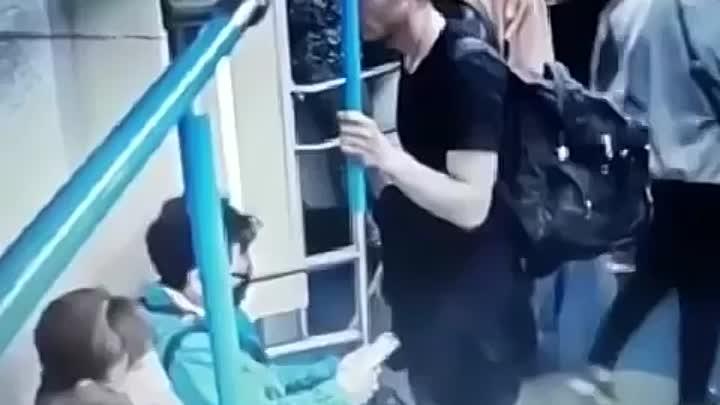 """В нашем метро вагоны новые, а вот повадки у пассажиров - старые. На """"Пролетарской"""" один """"гений"""" зашё..."""