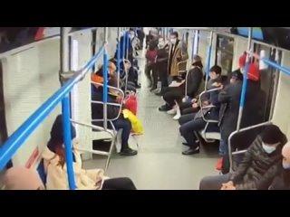 Камеры сняли момент похищения сидушки кресла из московского метро