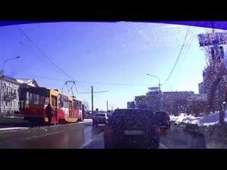 Трамвай уехал без водителя в Барнауле, кондуктор бежала следом