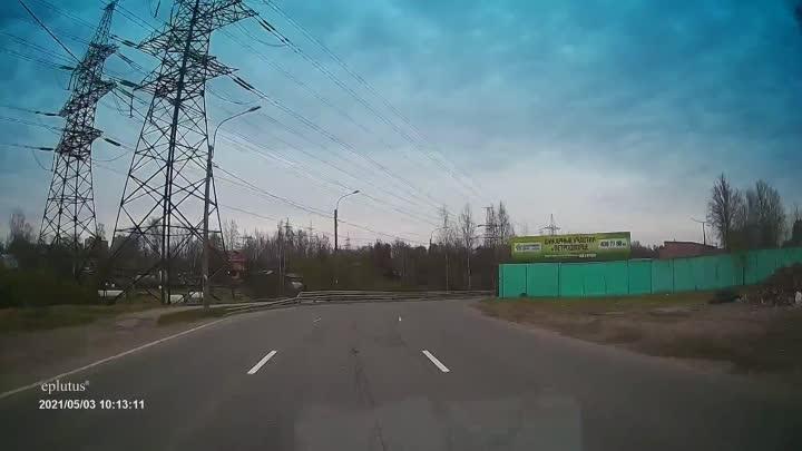 Водитель Шкоды на улице Красина забыл, что на изгибе дороги нужно поворачивать и чуть было не пошел ...