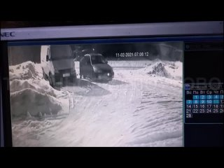 Белоусово. Водитель Hyundai Accent сливает бензин в гаражном сообществе.