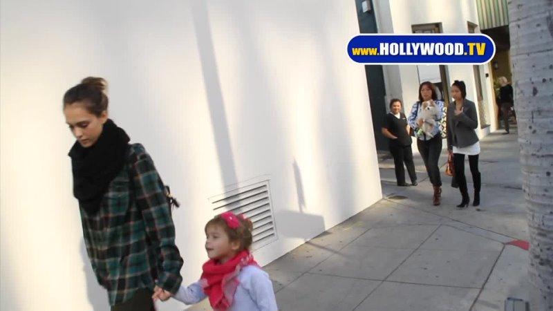 16 ноября 2011 Джессика Альба была замечена папарацци Беверли Хиллз США