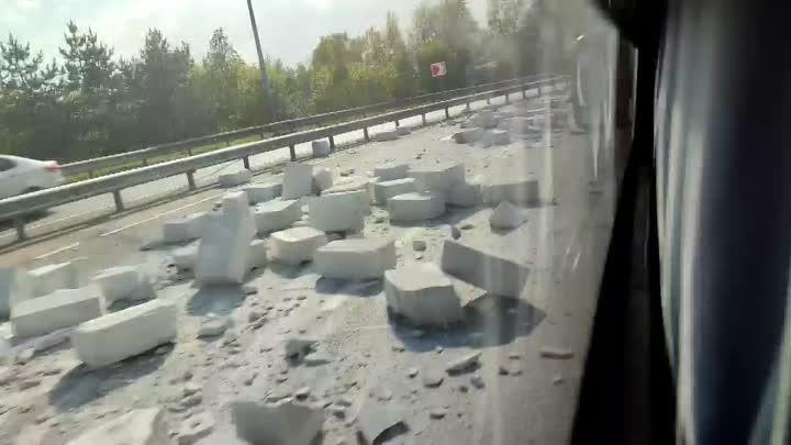 Авария на съезде с Выборгского на внутреннюю сторону КАД. Фура потеряла блоки от ЛСР.