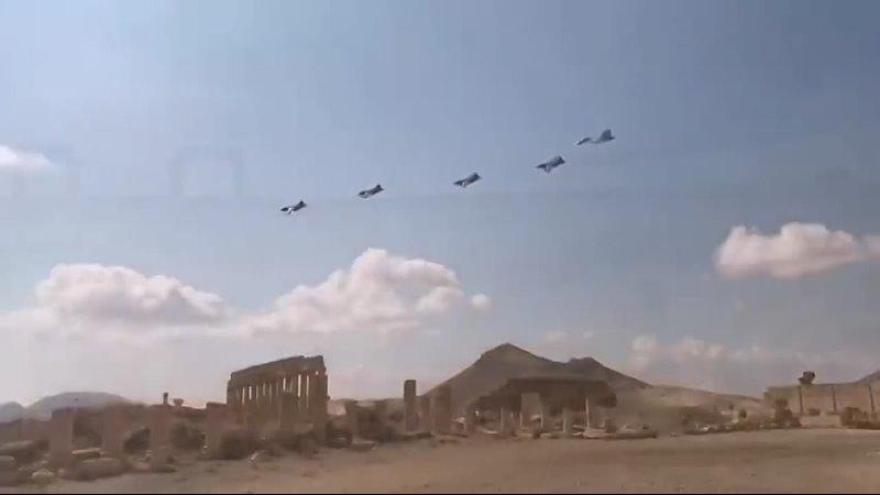 Проход группы штурмовиков Су 25 ВКС России в сопровождении истребителя Су 30СМ предположительно над сирийской Пальмирой Дата