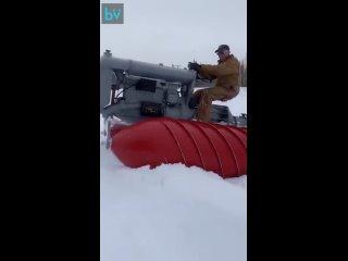 Дед восстановил старый шнекоход для движения по сильному снегу