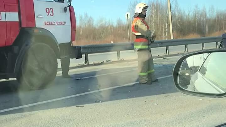 На Дороге Жизни , во Всеволожске , не доезжая маленькой ленты, у заправки Роснефть,- дтп, пожарные ...