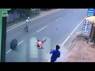 Женщина прокатилась на мотоцикле с открытым зонтиком. Может быть в последний раз.