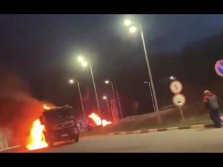Вчера вечером в Подмосковье эффектно сгорел бензовоз, никто не пострадал