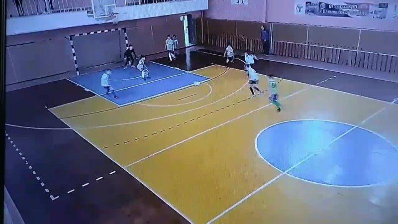 Рубрика Гол дня №83 Вратарь ловит мяч отлично бросает его вперёд и нападающий бьёт между ног