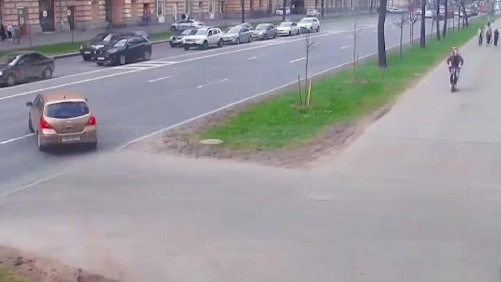 Видео как на проспекте Стачек водитель Renault сбил пару на электросамокате. Новость ранее: https:/...