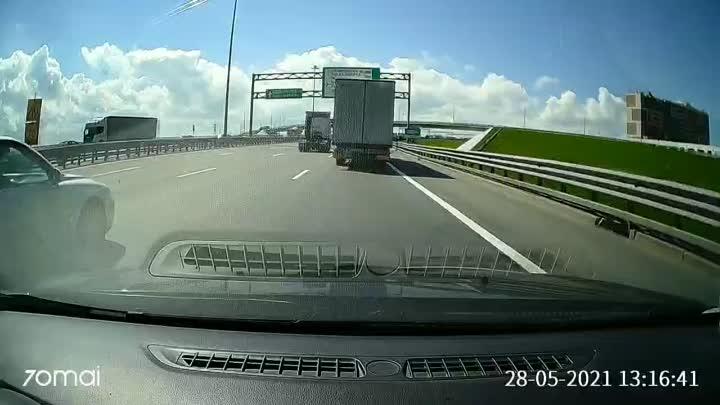 Грузовик не пустил аутлендера и БМВ на съезд с КАД в сторону Пулковского шоссе