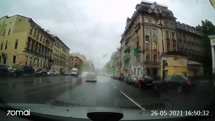 Ещё бы немного и водитель такси устроил бы ДТП на улице Марата. Будьте внимательнее на дорогах.