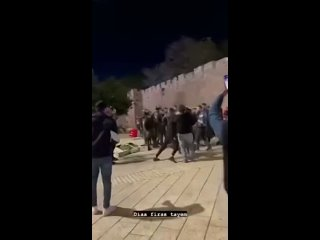 Сотрудник израильской полиции был ранен в голову после того, как молодой палестинец ударил его в Иерусалиме