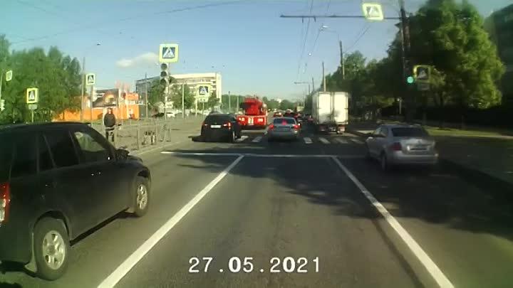 Пожарная машина перестроилась правее и в Lexus на Бухарестской