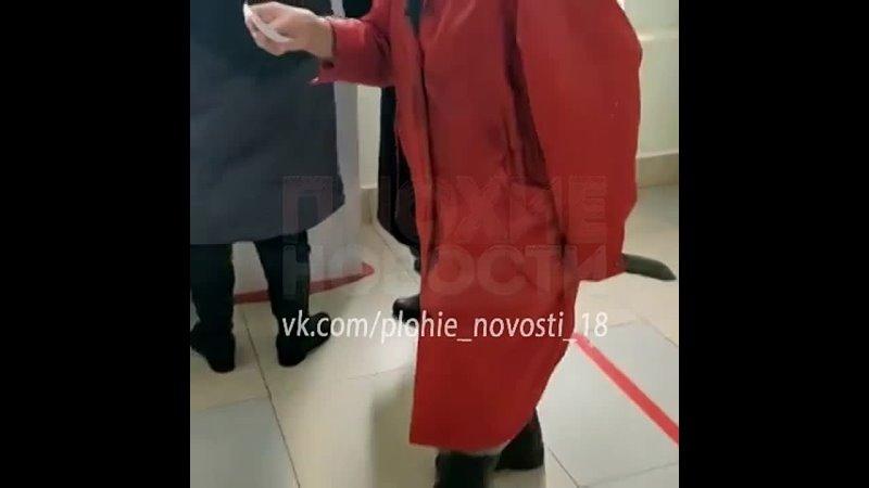 Пришла в регистратуру больницы с огромным тесаком в руке.