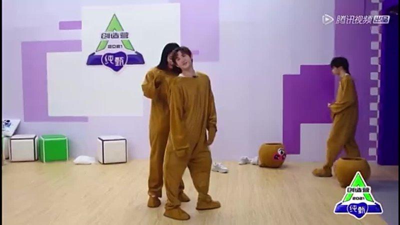 Xue Bayi и Nine переодеваются в костюмы мишек