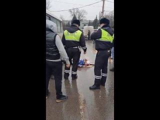 Водитель маршрутки сбил ребёнка на пешеходном переходе на улице Туполева город Ростов-на-Дону.