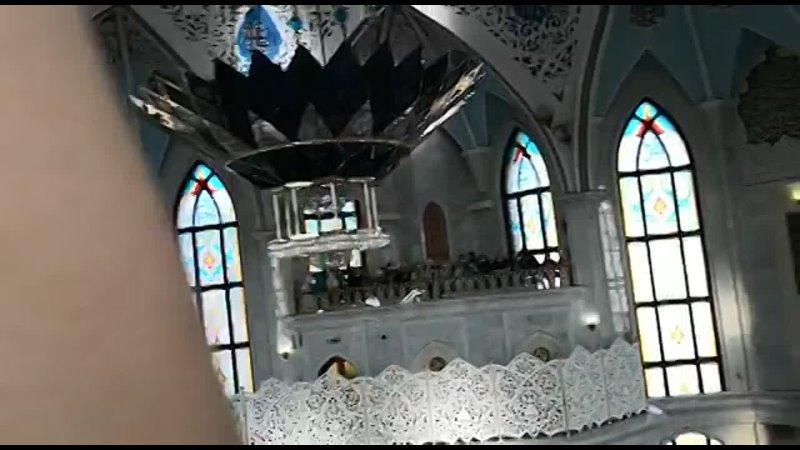 Казань 2021 Внутри мечети Кул Шариф Мулла читает намаз