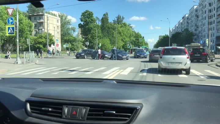 Лада и Киа столкнулись на пересечении Замшиной и Бестужевской.