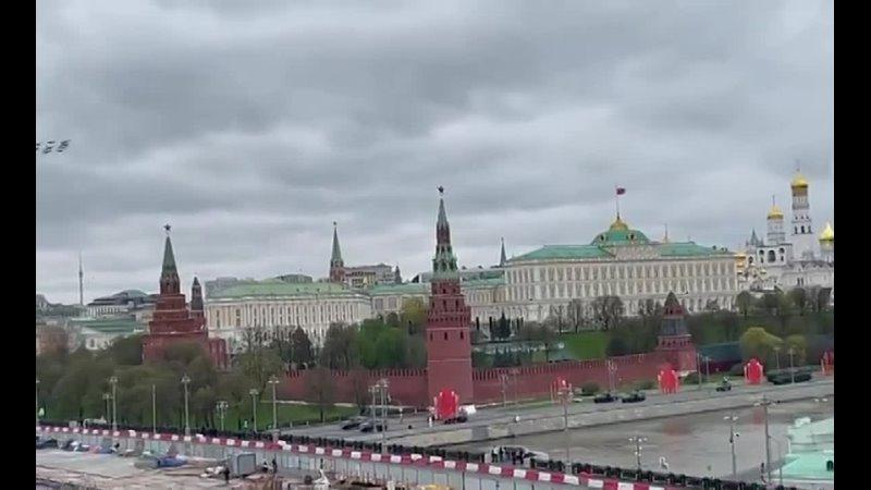 Несмотря на погодные условия, воздушная часть парада в Москве все же состоялась. За час до мероприятий в Подмосковье начали разг