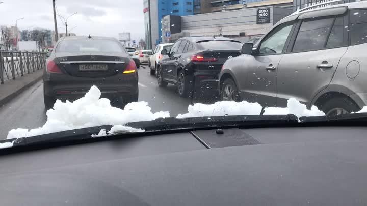 Каршеринг и Volvo попали в мелкое ДТП на Дунайском, напротив МакДака на Звездной.