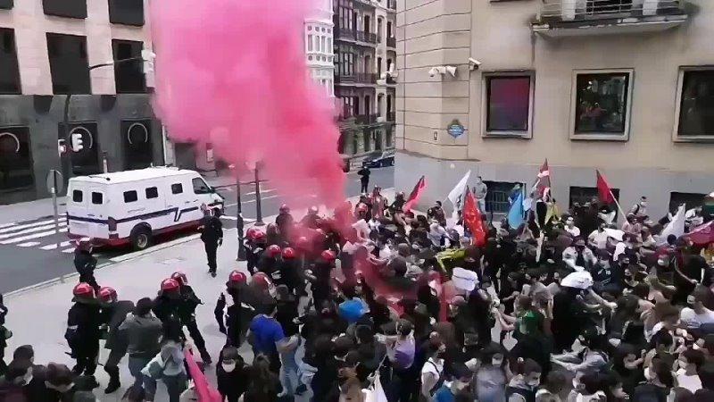 La police réprime une manifestation de jeunes au pays basque espagnol contre la précarité .mp4