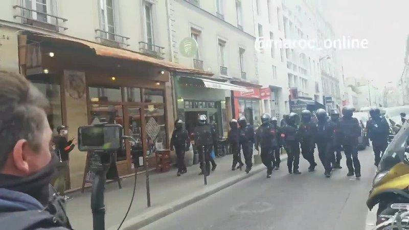 On veut des explications, cest une manifestation pacifique, la police nous agresse scandent les manifestants - GiletsJaunes Pari